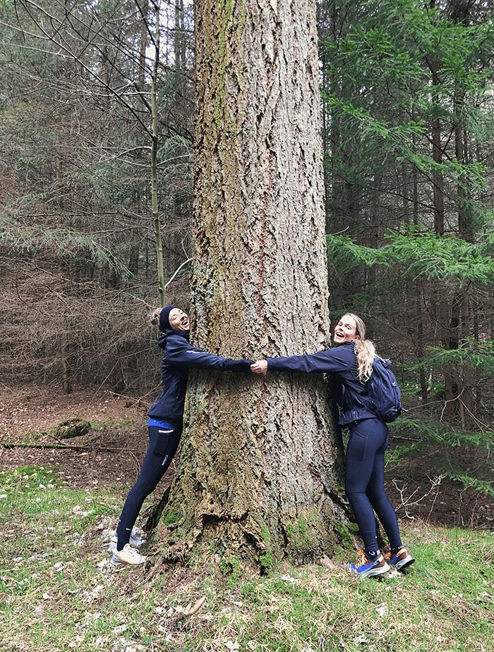 Et træ, en Mille og en Anna i stor omfavnelse